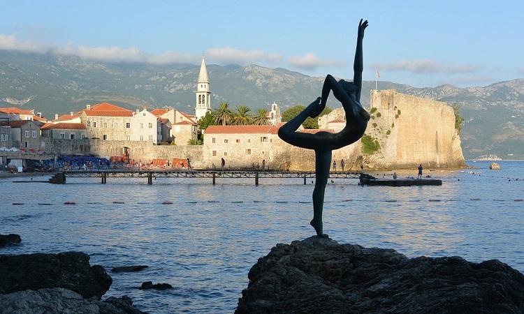 dancing-girl-statua-u-budvi